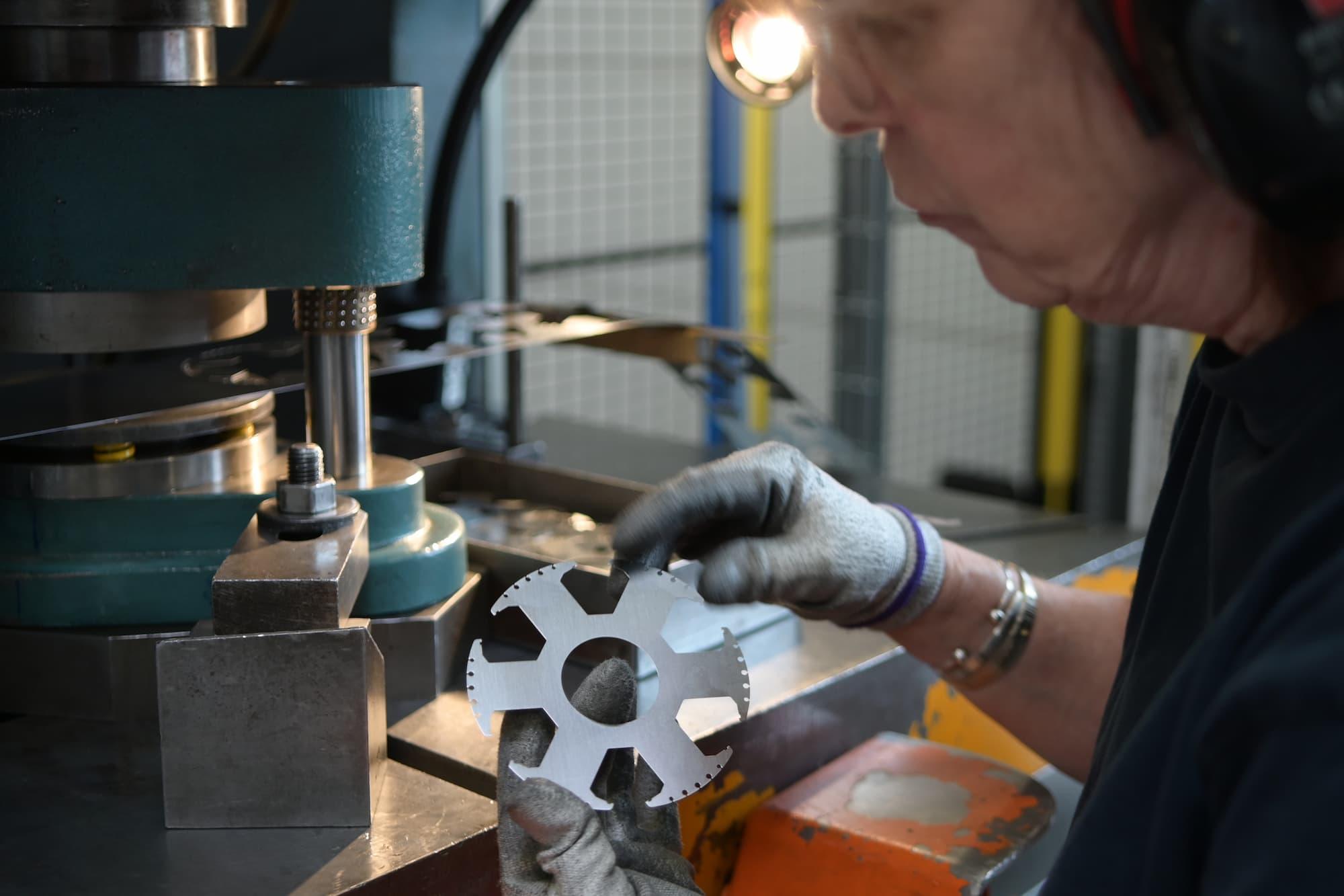 Réalisation des outillages, le prototypage, la découpe de pièces mécaniques